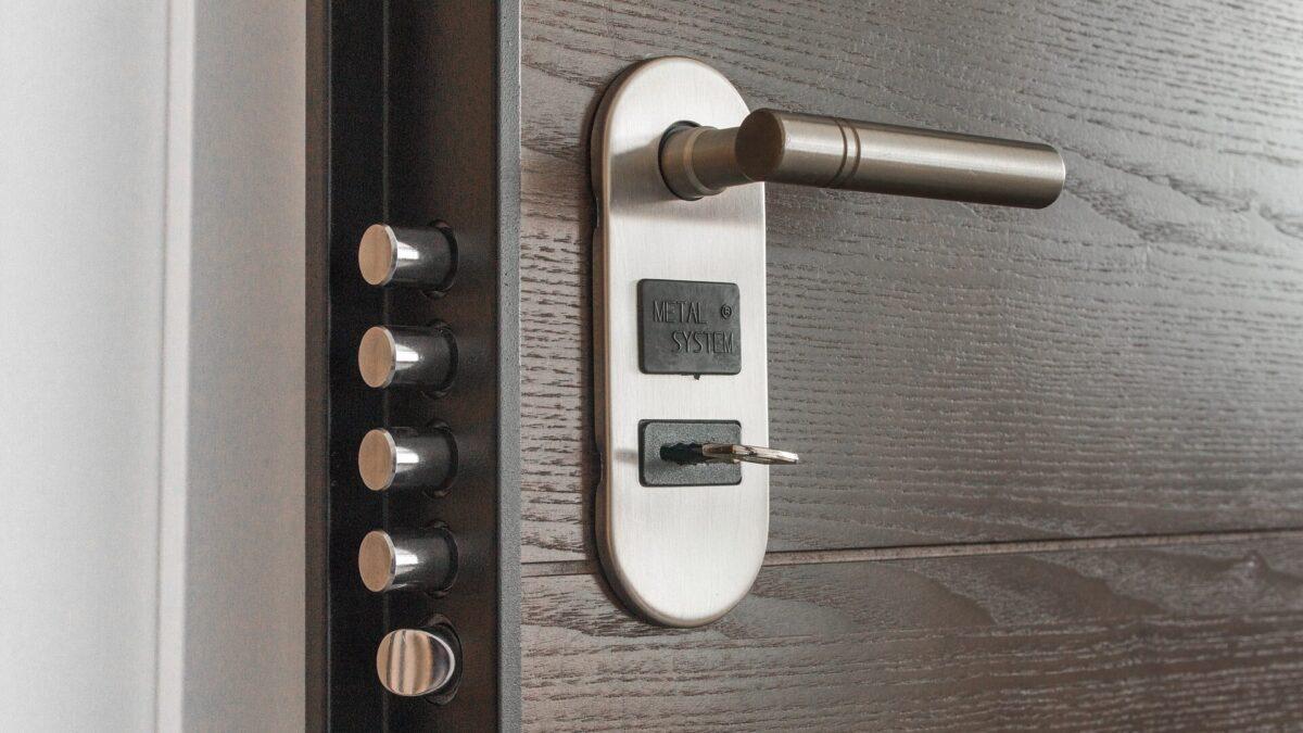 Biztonsági több ponton záródó ajtó (Fotó: Pixabay)